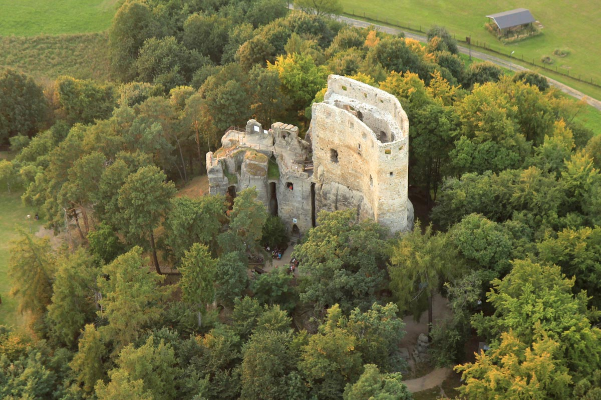 Turistické a cyklistické trasy okolo hradu Valečov